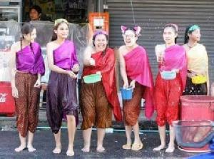 """สงกรานต์คึกออเจ้าฟีเวอร์แต่งชุดไทย ค้าปลีก """"อัดแคมเปญ-ประกันอุบัติเหตุ"""""""