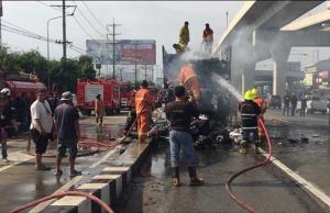 ระทึกกาญจนาภิเษก รถบรรทุกเสื้อผ้า-เครื่องครัวไฟไหม้ท่วมทั้งคัน ระดมฉีดน้ำครึ่งชั่วโมงจึงดับ เสียหาย 1 ล้าน