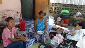 วอนช่วยยายวัย 67 ปี หัวใจแกร่งเลี้ยงหลานฝาแฝดพิการ 2 คน