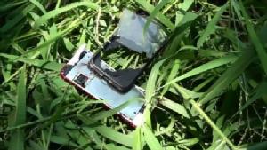 """กู้ภัยไม่ได้ขโมย พบแล้วโทรศัพท์""""น้องอิน""""หน้าจอหลุด ตกในพงหญ้า ทางหลวงล้อมคอก ติดแผงสะท้อนแสง-ไฟกระพริบจุดเกิดเหตุ"""