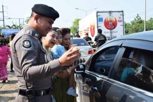 ครอบครัวตำรวจทางหลวงชุมพร แห่แต่งชุดไทยเปิดประตูต้อนรับนักท่องเที่ยวช่วงสงกรานต์