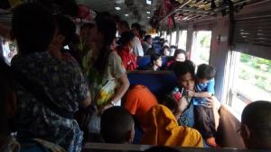 คนแห่ใช้บริการรถไฟบุรีรัมย์คึกคัก   ตั๋วกลับกรุงเทพฯถูกจองเต็มถึง17เม.ย.