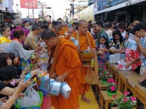 ชาวเมืองหาดใหญ่ และนักท่องเที่ยวต่างชาติ ร่วมทำบุญตักบาตรในวันมหาสงกรานต์