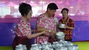 ชาวบ้านอ่างทองตักบาตรเอาชัยรับวันปีใหม่ไทย