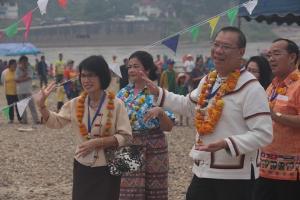ม่วนซื่น! ชาวริมโขงทั้งไทย-ลาว แห่ร่วมงานสบายดีปีใหม่ฯ บนเกาะกลางน้ำโขงคึกคัก