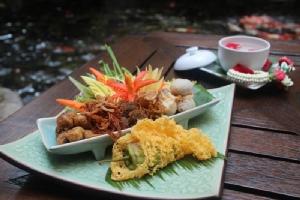 """แวะชิม """"ข้าวแช่"""" เมนูคลายร้อนแบบไทย"""