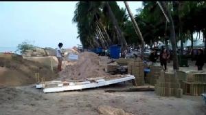ไหลบางแสน..พร้อมแล้ว !! หลายหน่วยงานทยอยขนทรายเข้าชายหาด เตรียมก่อพระทราย