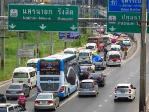 ประชาชนทยอยกลับเข้า กทม.หลังหยุดยาวสงกรานต์ ถนนแน่นทุกสาย