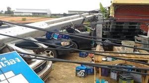 เสาไฟฟ้าล้มระเนระนาดทับรถ 13 คัน พายุฤดูร้อนซัดรุนแรงถล่มลาดกระบัง
