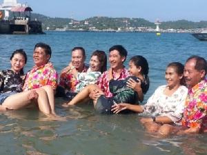 """นักท่องเที่ยวไทย-เทศแห่ร่วมงาน """"อุ้มสาวลงน้ำ"""" เกาะขามใหญ่ อ.เกาะสีชัง"""