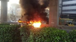 เกิดเหตุไฟไหม้รถตู้โดยสาร ถ.บรมราชชนนี 36 เขตตลิ่งชัน จราจรติดขัด แนะเลี่ยงเส้นทาง