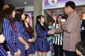 """""""ลุงตู่"""" อารมณ์ดีจับมือ BNK48 เต้นโอนิกิริ ย้ำเป็นนายกฯ ของทุกคน"""