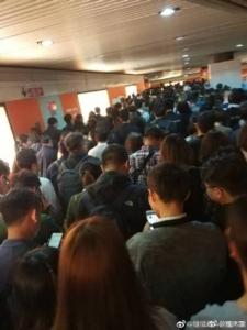 ชาวเซี่ยงไฮ้ป่วน! รถไฟฟ้าใต้ดินขัดข้องตอนเช้า ผู้โดยสารล้นทะลักสถานีรถไฟ (ชมคลิป)