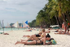 Philippines closes Boracay to tourists under high security