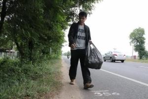 """ครูชายแดนขาพิการได้แรงบันดาลใจจาก """"ตูน บอดี้สแลม"""" ขอเดินเก็บขยะหาเงินช่วยโรงเรียน"""