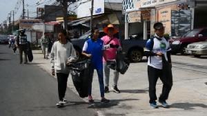 """ยอดพุ่งกว่า 3 แสนบริจาคช่วย""""ครูโต้ง""""ขาเจ็บเดินเก็บขยะหาเงินช่วยโรงเรียนชายแดน"""