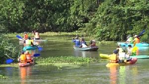 จิตอาสา พายเรือคายัคเก็บขยะในแม่น้ำปราณบุรี ร่วมอนุรักษ์สิ่งแวดล้อม