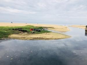 เร่งขุดลอกตะกอนต้นเหตุน้ำดำไหลลงทะเลหาดกะรน ทำระบบดักฯ แก้ปัญหาระยะยาว