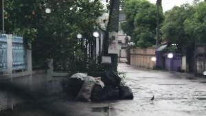 เปิดคลิปประจานชัด รถขยะเทศบาลฯ ลำปางโยนขยะทิ้งหน้าบ้านชาวบ้านกลางดึก (ชมคลิป)