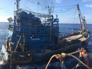 ทัพเรือภาค 2 ส่งเรือหลวงแหลมสิงห์ช่วยลูกเรือประมงบาดเจ็บกลางทะเล