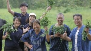 """คิง เพาเวอร์ พา """"ผ้าครามไทย"""" ภูมิปัญญาชาวบ้านสกลนครโกอินเตอร์ เปิดตัวคอลเลกชันใหม่ INDIGO ของที่ระลึกสโมสรเลสเตอร์"""