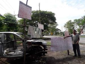สุดทนแล้ว สองผัวเมียขึ้นป้ายริมถนนเอเชีย ประจานรถหายจากโรงพักเหลือแต่ซาก