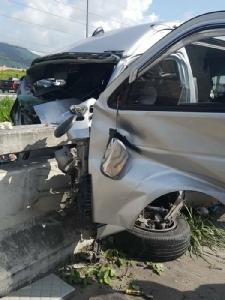 รถตู้รับ-ส่งพนักงาน เสียหลักชนเสาไฟฟ้า-ราวสะพาน บนทางหลวงฯ ชลบุรี บาดเจ็บหลายราย