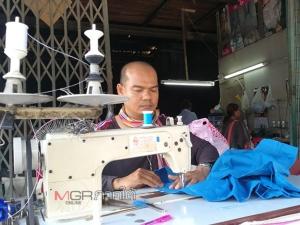 ร้านรับซ่อมเสื้อผ้าเก่าเมืองหาดใหญ่คึกคัก ผู้ปกครองนำเสื้อนักเรียนมาแก้ไขแทนการซื้อใหม่