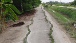 ไร้งบซ่อม! ชาวบ้านตำบลสามโก้เดือดร้อนหนัก ถนนพังนานหลายปี เทศบาลเจ้าของพื้นที่ ไร้งบซ่อม
