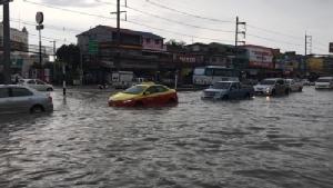 พัทยาไม่รอด ฝนกระหน่ำน้ำท่วมชายหาด ถนนสายหลักติดหนึบ