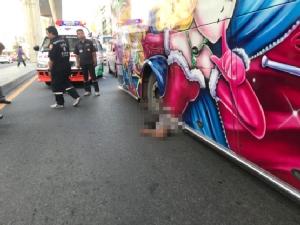 รถบัสวิ่งล้อหลุด โชเฟอร์มุดใต้ท้องรถขึ้นแม่แรง รถเอียงทับดับอนาถ