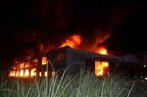 เพลิงไหม้โรงงานทอผ้าใน อ.พานทอง เสียหายหนัก คาดไฟฟ้าลัดวงจร