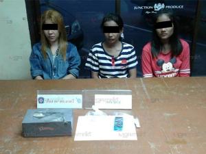 กองปราบจับ 3 สาวคาโรงพักนาทวี หลังขับเก๋งซุกไอซ์มาเยี่ยมผู้ต้องหาขนใบกระท่อม
