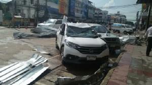 (ภาพชุด) ฤทธิ์พายุร้อนซัดเมืองนครพนม พังยับทั้งบ้านที้งรถยนต์นับ 10 คัน
