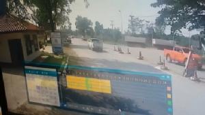 สาวนครพนมโร่แจ้งความ รถบรรทุกมักง่ายวิ่งเร็วทำหินทรายร่วงใส่กระจกรถแตก