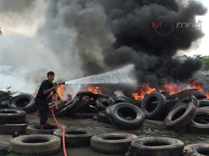 ไฟไหม้ยางรถยนต์เก่าใกล้บ่อขยะ ทน.หาดใหญ่ ไฟลุกโชน จนท.ระดมเข้าฉีดน้ำสกัด