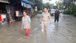 นอภ.บางละุมงนำหน่วยงานเกี่ยวข้องมอบถุงยังชีพประชาชน 62 ครัวเรือน ถูกน้ำท่วม