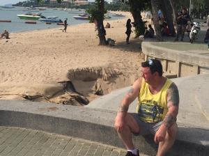 นักท่องเที่ยวร้องชายหาดพัทยาถูกน้ำกัดเซาะลึกเป็นเมตร