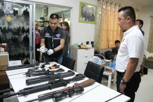 ค้นบ้านหรูย่านรามฯ เก็บหลักฐานมัดพระผู้ใหญ่แก๊งเงินทอนโอน 25 ล้านเข้าบัญชีแม่บ้าน พบปืนเพียบ