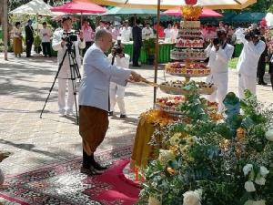 กษัตริย์กัมพูชาทรงตัดเค้กวันเกิด ภาพชุดหาดูได้ยากจากในวัง