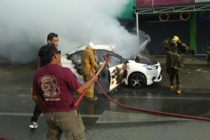 ไฟไหม้รถหนุ่มภูเก็ตยายหลานหนีวุ่น อีกรายกระบะชนท้ายเก๋งจอดข้างถนนไฟลุกพรึบ
