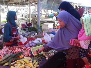 ชาวไทยมุสลิมเบตงแห่จับจ่ายซื้อของเตรียมรับเดือนรอมฎอน