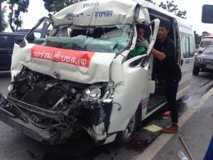 รถตู้ซิ่งชนท้ายรถพ่วงเจ็บระนาวคาถนนคาถนนกรุงเก่า