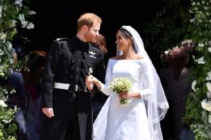 """อินพิธีเสกสมรส """"เจ้าชายแฮร์รี่-เมแกน มาร์เคิล"""" จัดไอโฟน X ทองที่ระลึกราคา £3,600 สักเครื่องไหม?"""