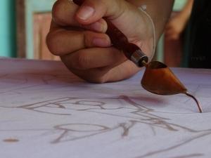 ครูถอดจินตนาการ นร.อนุบาลมะนัง สอนเพนต์ผ้าด้วยมือสร้างอาชีพในอนาคต