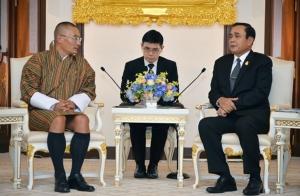 """""""บิ๊กตู่"""" ต้อนรับนายกฯ ภูฏาน เยือนไทยร่วมงานวันวิสาขบูชาโลก พร้อมถกลงทุนท่องเที่ยว"""