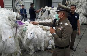 ตร.ลุยตรวจคอนเทนเนอร์ลาดกระบัง ใช้ใบสำแดงเท็จ แอบขนขยะพลาสติก 58 ตัน กองในไทย