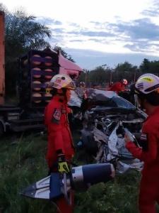 รถพ่วง 18 ล้อ ชนท้ายรถ 6ล้อบรรทุกเหล็กบนมอเตอร์เวย์ พานทอง ดับ 8 ราย เจ็บเพียบ
