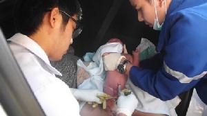 แพทย์ พยาบาล กู้ภัยฯ เร่งช่วยคุณแม่วัย 22 ปี คลอดลูกในรถ