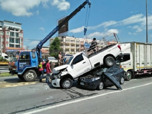 เจอรถตำรวจตกใจเบรกกะทันหัน รถพ่วงบรรทุกปูนขับตามชน 8 คันรวดบนถนนกาญจนาฯ บางใหญ่ โชคดีไร้เจ็บ
